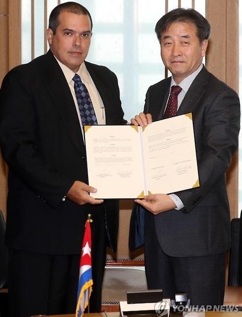 资料图片:11月14日,在韩联社办公楼,韩联社社长朴鲁晃(右)和拉美社社长路易斯·冈萨雷斯签署协议后合影。(韩联社)