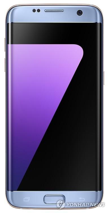 资料图片:Galaxy S7 Edge珊瑚蓝款(三星电子提供)