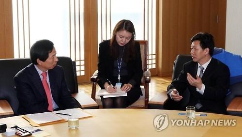11月18日,在韩联社大楼,韩联社专务李洪奇(左)会见了到访的新华社亚太总分社营销总经理兼《亚太日报》副社长温新年(右)等一行五人。(韩联社)