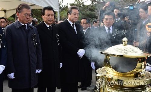 韩前总统金泳三周年祭 执政党吊古伤今