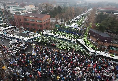 11月26日,韩民众游行至总统府200米外,要求朴槿惠下台。(韩联社)