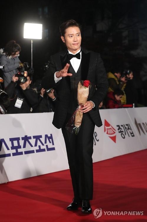 11月26日,李秉宪出席青龙电影奖红毯仪式。(韩联社)