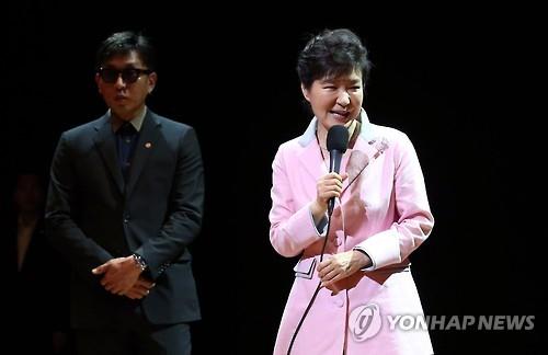 车恩泽(左)与朴槿惠(韩联社)
