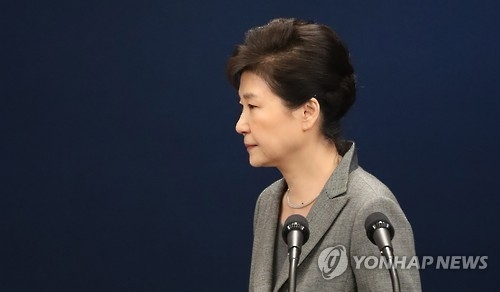 """11月29日,韩国总统朴槿惠第三次就""""亲信门""""发表讲话向国民道歉后黯然离场。(韩联社)"""