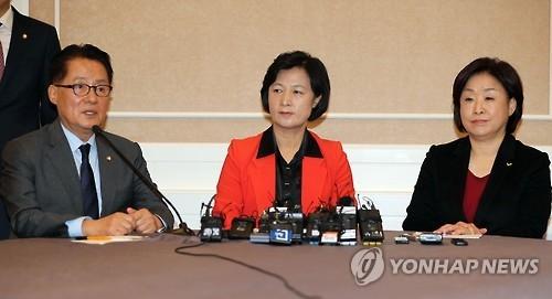 11月30日上午,在野阵营国民之党领袖朴智元(左起)、共同民主党党首秋美爱和正义党党首沈相奵在国会会晤。(韩联社)