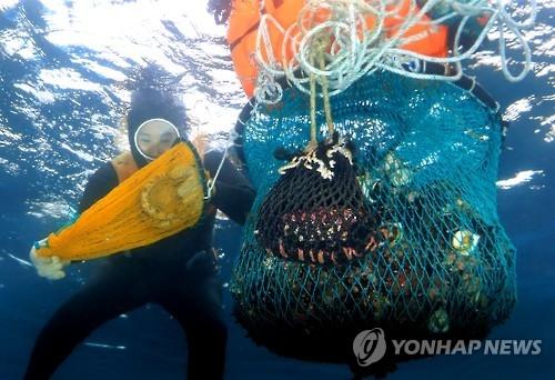 资料图片:海女潜水捕捞(韩联社)