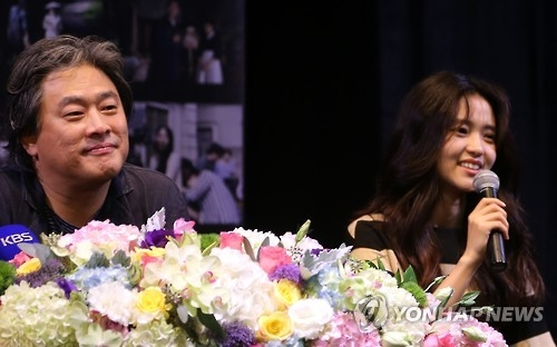 资料图片:《小姐》导演朴赞郁(左)及主演金泰璃(韩联社)
