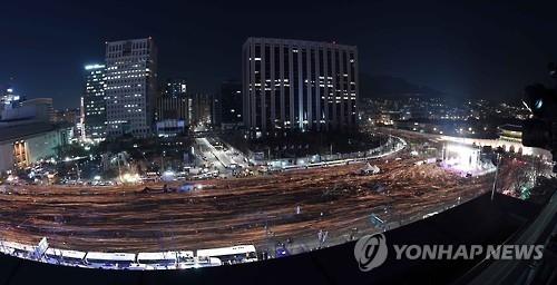 韩民众周末再集会继续要求总统立刻下台