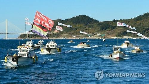 10日,在丽水海域,民众举行行船表演敦促朴槿惠立刻下台。(韩联社)