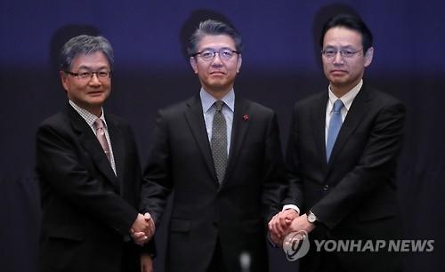 从左依次为美方团长约瑟夫·尹、韩方团长金烘均、日方团长金杉宪治。(韩联社)