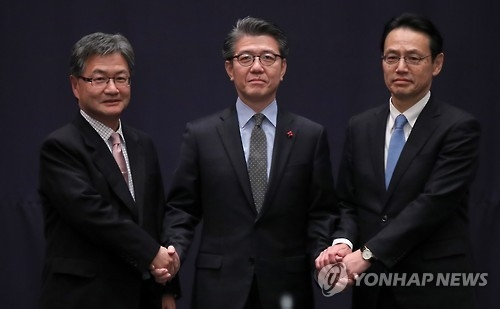 12月13日上午,在首尔市小公洞乐天酒店,韩美日主管朝核事务官员在会前握手合影。(韩联社)