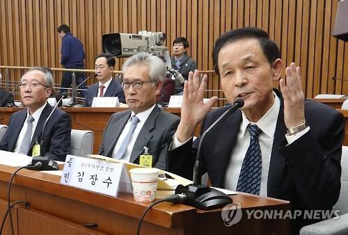 青瓦台前国家安保室长金章洙(右一)在听证会上发言。(韩联社)