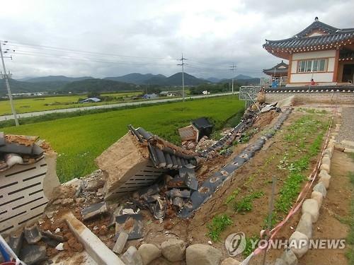 在地震中倒塌的庆州某韩屋围墙(韩联社)