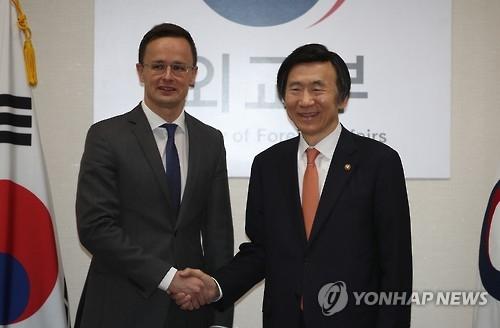 韩国外长尹炳世会见匈牙利外长西亚尔托