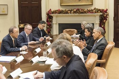 当地时间12月15日,潘基文(左一)与奥巴马举行会晤。(韩联社/联合国提供)