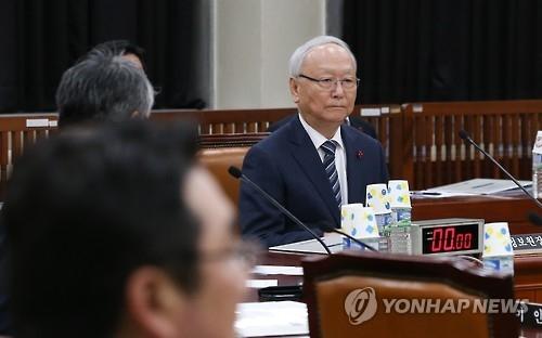 12月23日下午,在韩国国会,国情院长出席情报委全体会议报告工作。(韩联社)