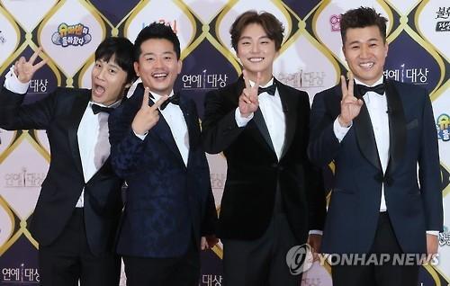 12月24日下午,在KBS办公大楼,《两天一夜》主持人车太贤、金俊浩、尹施允和金钟民(左起)出席KBS演艺大赏红毯仪式。(韩联社)
