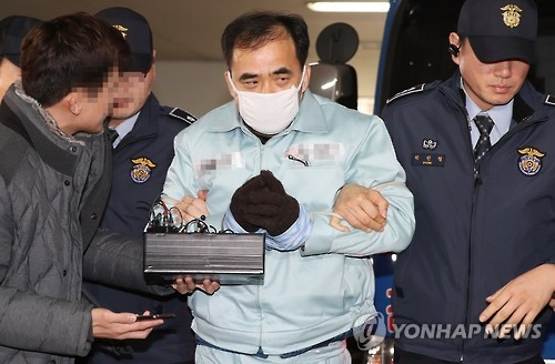 12月25日下午,在亲信门检察组办公室,前文体部次官金钟到案。(韩联社)