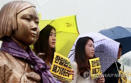 韩日慰安妇协议一周年:韩重谈呼声高涨 日强调守诺履约 - 2