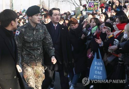 12月30日上午,在京畿道龙仁市陆军55师,JYJ成员金在中(左二)退伍向粉丝们致谢。(韩联社)