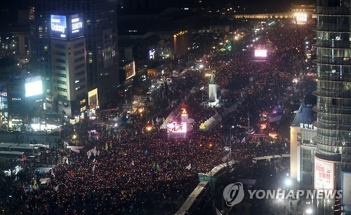 韩民众举行第十轮烛光集会辞旧迎新