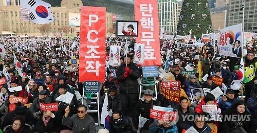 2016年12月31日,韩国保守团体聚集首尔广场一带举行集会,主张总统弹劾案无效。(韩联社)