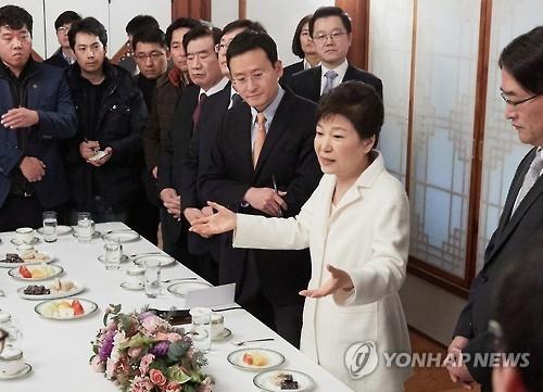 详讯:朴槿惠被停职后首见媒体记者全盘否认指控