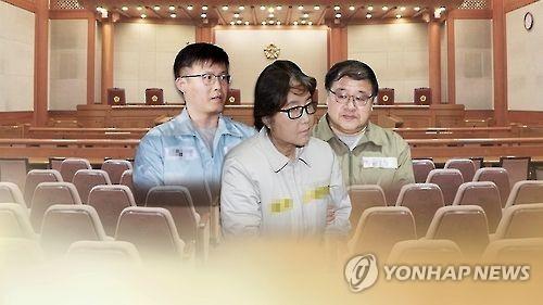 韩亲信门三名核心涉案人首次同庭受审