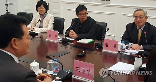 1月5日,在北京,韩国在野党议员团和中国国际问题研究院、社科院等智库的专家举行座谈会。(韩联社)