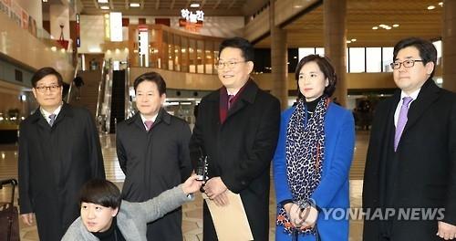 韩在野党访华团部分议员先行回国介绍沟通情况