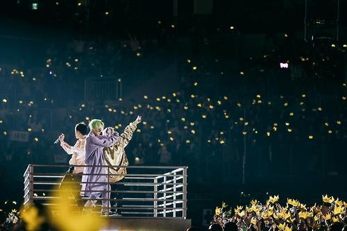 1月8日下午,在首尔市九老区高尺巨蛋球场,BIGBANG登上移动舞台与粉丝近距离接触。(韩联社/YG娱乐提供)