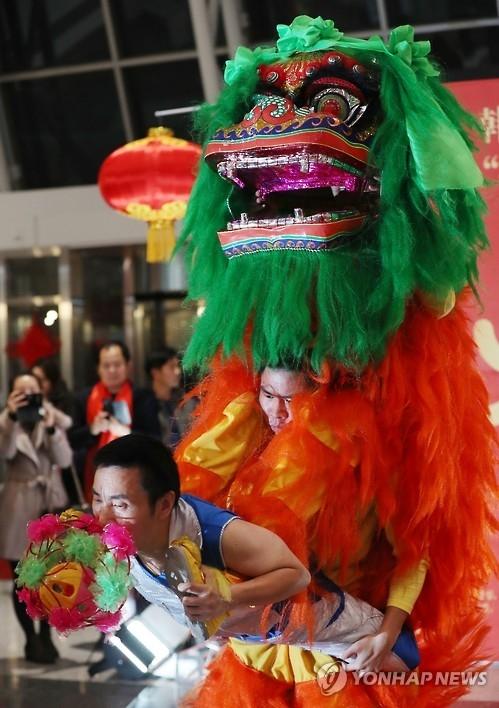 中国舞狮表演(韩联社)