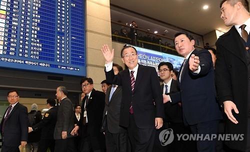 1月12日下午,在仁川国际机场,潘基文向支持者招手致意。(韩联社)