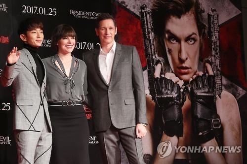 1月13日上午,新片《生化危机:终章》记者会在首尔四季酒店举行。图为该片主演李准基(左起)、米拉·乔沃维奇、肖恩·罗伯茨接受媒体拍照。韩联社