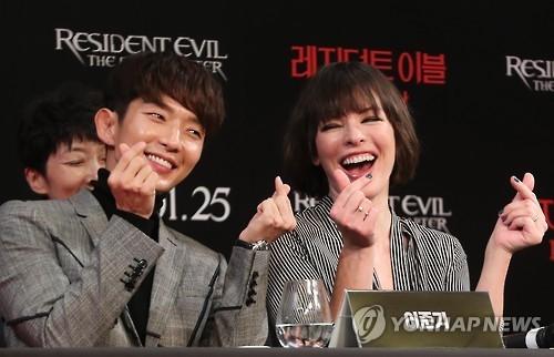 1月13日上午,新片《生化危机:终章》记者会在首尔四季酒店举行。图为该片主演李准基(左)和米拉·乔沃维奇。(韩联社)