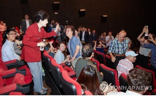 2016年8月20日,朴槿惠在一家影院观看《仁川登陆作战》。(韩联社/青瓦台提供)