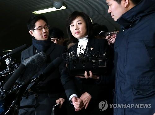 1月17日,文化体育观光部长官赵允旋(中)答记者问。(韩联社)