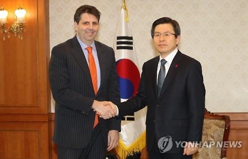 1月17日,韩国代理总统黄教安(右)会见即将离任的美国驻韩大使李柏特。(韩联社)