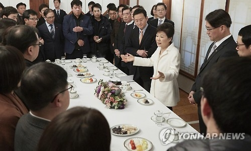 """韩总统重申配合调查 抗议""""舆论审判"""""""