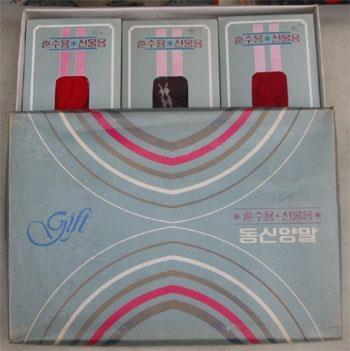 资料图片:1980年代的袜子礼盒(新世界百货提供)