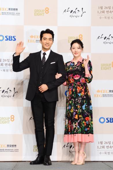 1月24日,宋承宪和李英爱出席SBS电视台新剧《师任堂》发布会。(韩联社/SBS提供)