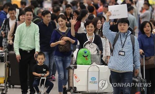 资料图片:中国游客抵达仁川国际机场。(韩联社)