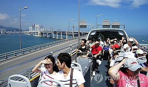 资料图片:釜山观光巴士(韩联社)