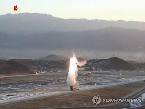 朝鲜曝光北极星2导弹发射场面。图片仅限韩国国内使用,严禁转载复制。(韩联社/朝鲜央视)