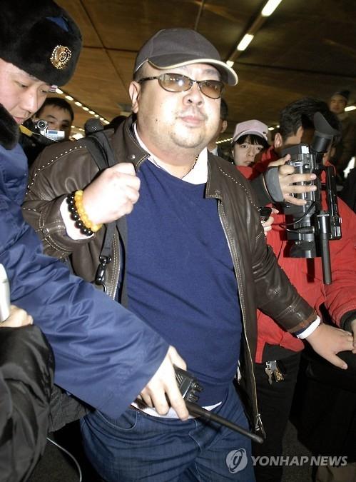 资料图片:2007年2月11日,金正男现身北京首都机场。(韩联社/美联社)