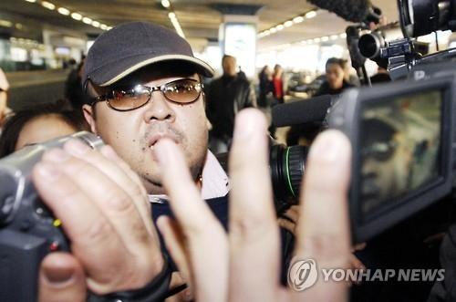 资料图片:2007年2月11日,在首都机场,金正恩的异母长兄金正男被在京记者抓拍。(韩联社)