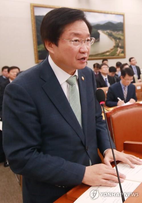 韩海洋部长官:争取4-6月将世越号沉船打捞出水