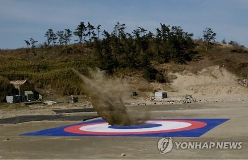 韩式GPS制导炸弹实射命中。(韩联社/韩国防卫事业厅提供)