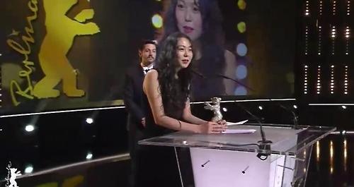 当地时间2月18日,在德国柏林,韩国演员金敏喜凭借《独自在夜晚的海边》摘得第67届柏林电影节影后桂冠。