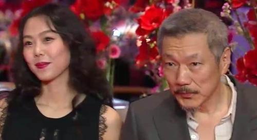 当地时间2月18日,在第65届柏林电影节上,演员金敏喜和导演洪尚秀携手走红毯。